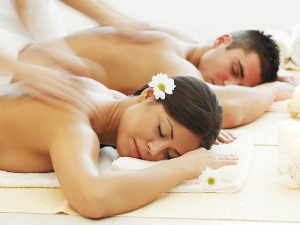 Masaje en pareja + bombones + té antioxidante + pétalos de rosa