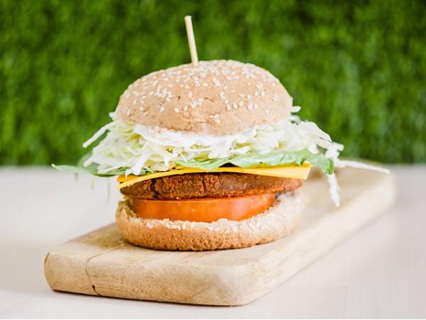Exquisitas hamburguesas veganas con papas deluxe + aros de cebolla + postre
