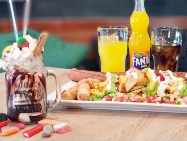 Menú con salchicha de 1 metro + fuente de papas fritas + salsas + tequeños + postre + bebidas