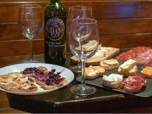 La Herradura: Tapeo para 2 con botella de vino