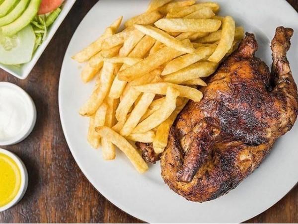 Menú con pollo a la brasa o parrillada de carne a elegir, en el norte de la isla