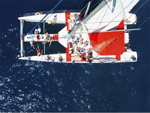 Excursión en catamarán con catering y bebidas