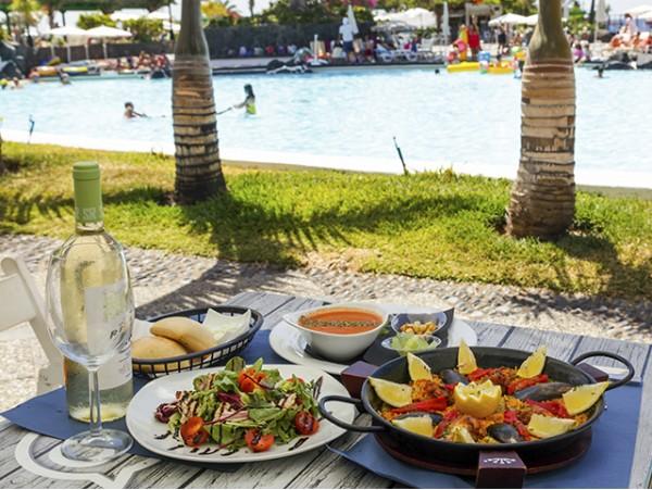 DayPass para 2 personas + almuerzo en restaurante con botella de vino + acceso a piscinas y playa + hamaca y sombrilla
