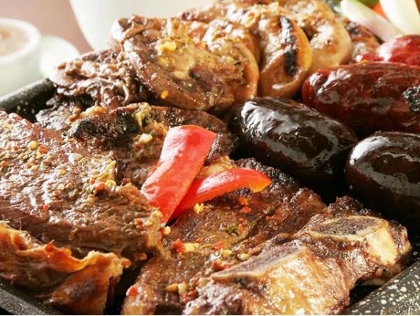 Menú con parrillada de carne para 2 personas con bebidas en el sur de la isla