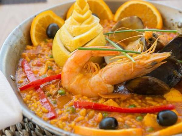 Menú para 2 personas con entrante + paella de pescado y marisco + bebidas frente al mar