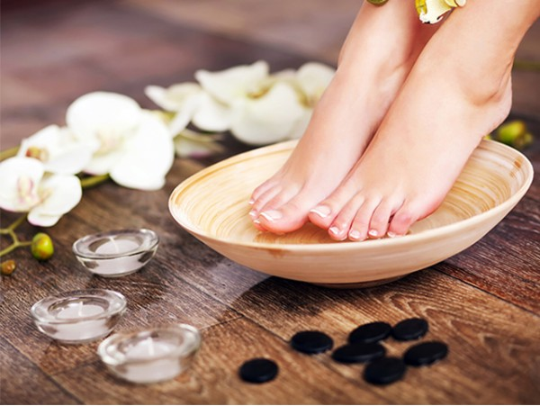 Pedicura Spa con masaje + depilación, diseño y color de cejas