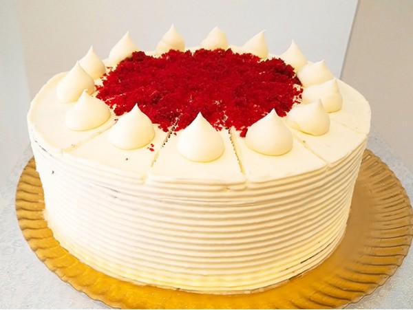 Caja romántica de San Valentín con trufas de chocolate y galletas artesanales