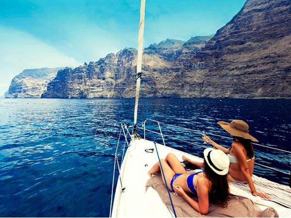 Excursión de 3h en moderno velero con catering por aguas del sur de la isla