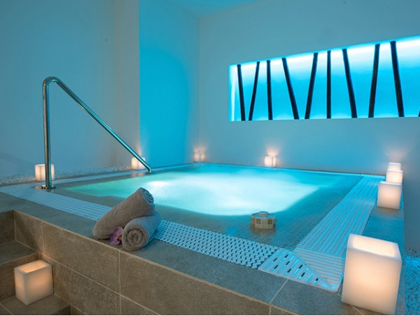 Spa privado para 2 personas + 2 copas de cava + chocolates