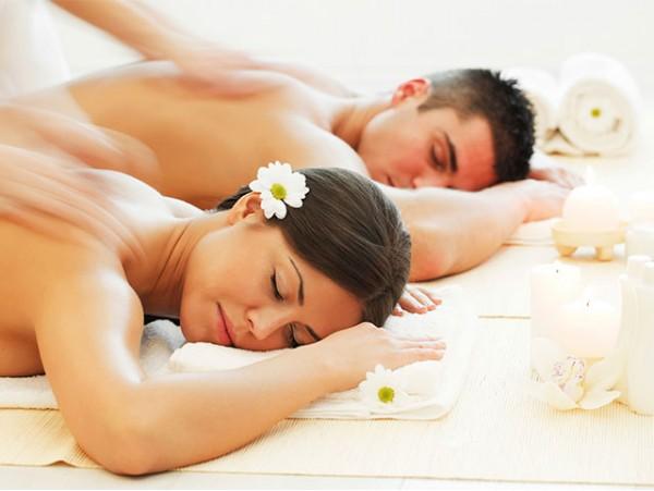 Masaje en pareja con té antioxidante de bienvenida y  pétalos de rosa