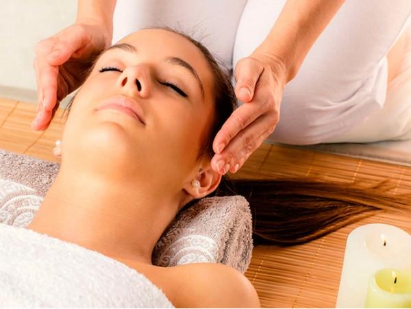 Sesión de terapia de Reiki con aromaterapia