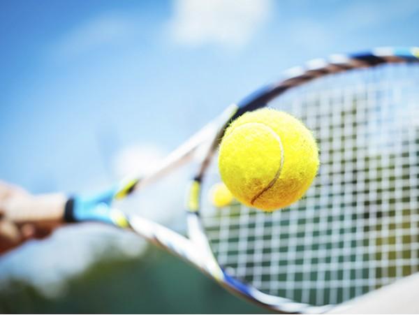 Entrenamiento de tenis con máquina lanzapelotas para 1 ó 2 personas + pista + raquetas